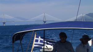 El puente uno ambos lados del Golfo de Patras, las localidads de Rio y Antirion.