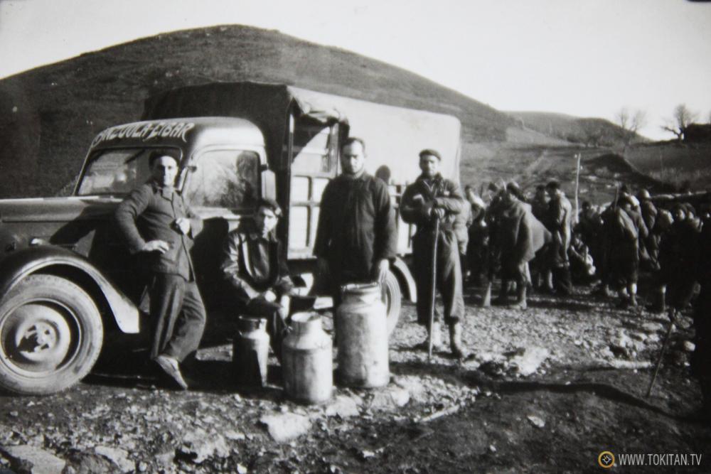 """Foto inédita:  Gudaris del Batallón Kirikiño del PNV frente a un camión que dice """"Anzuola- EIbar""""."""
