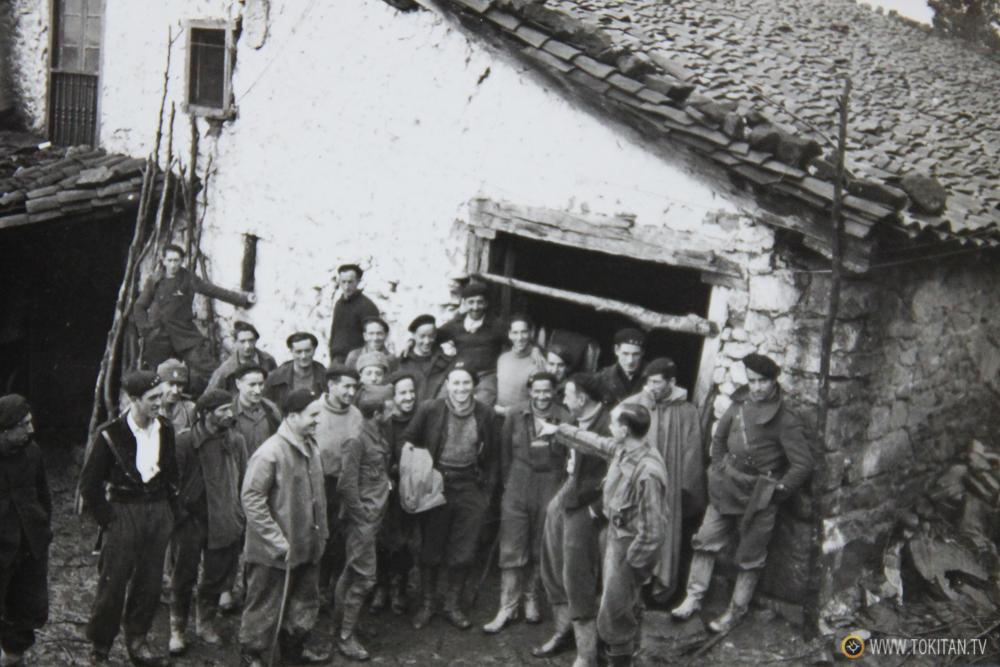 Miguel Cañizal, hablando con los milicianos en el caserío Sagasta de Bergara