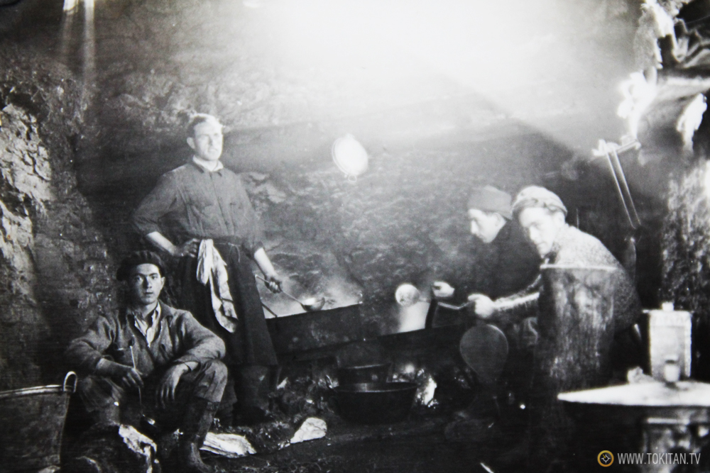 Foto inédita:  Milicianos del batallón Kirikiño preparando la comida.