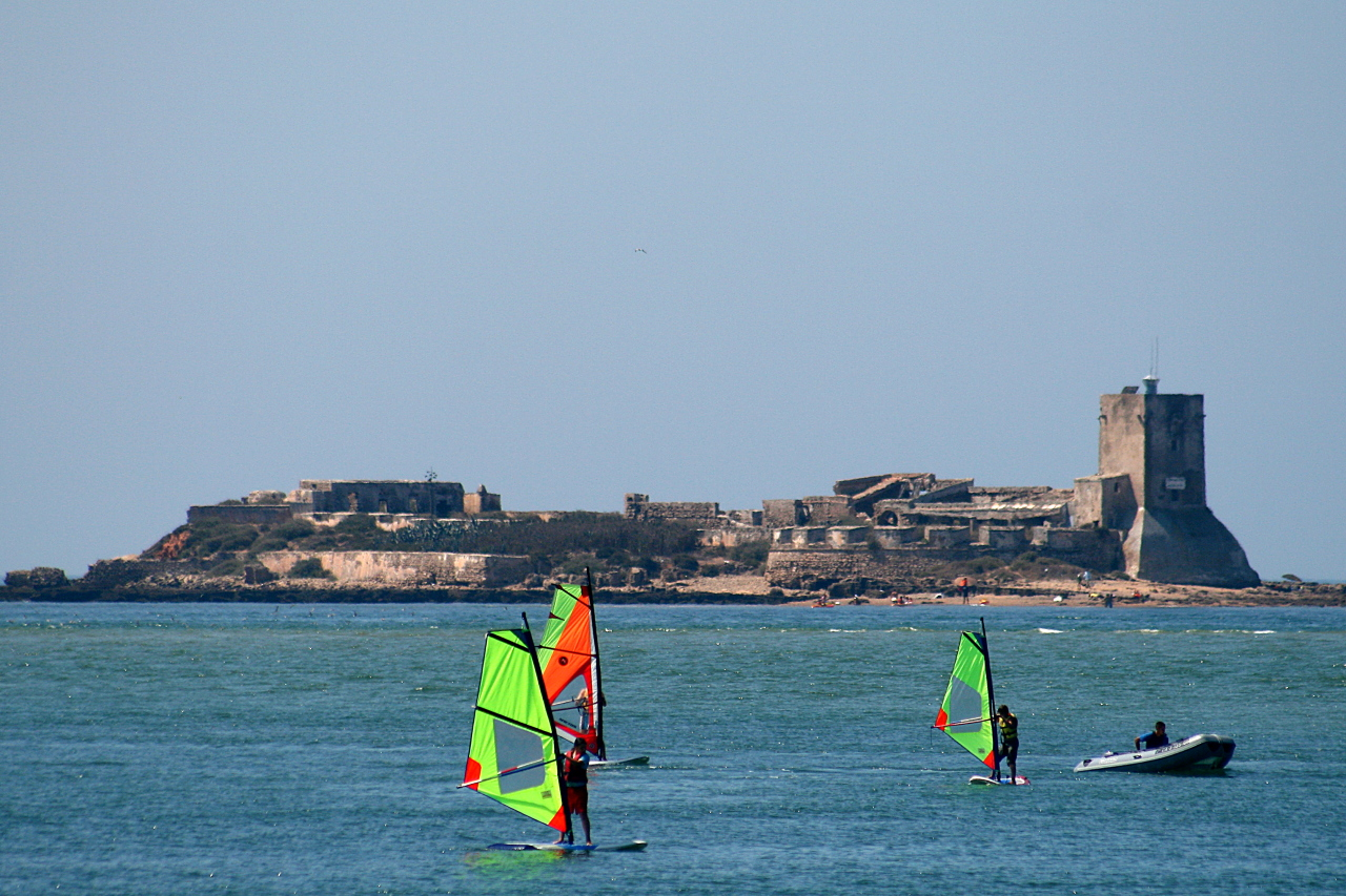 Windsurf en las inmediaciones del Castillo de Sancti Petri.