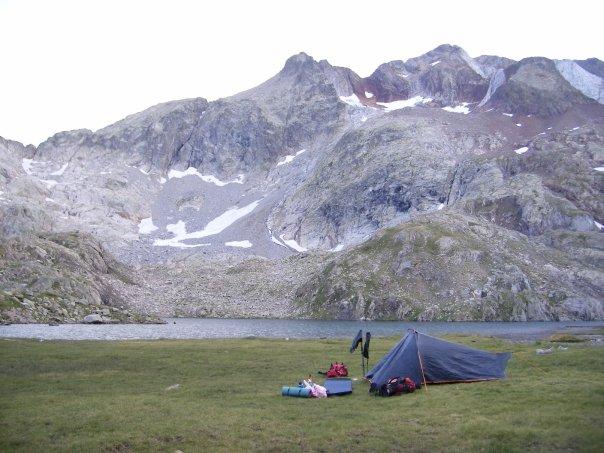 Acampada libre a unos 2.300 metros de altura, en el Ibon Azul Inferior, donde hicimos noche antes de subir a los Picos de los Infiernos.  (3.000 metros)
