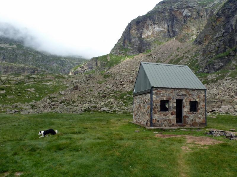 Cabaña libre de Prat Cazeneuve: Refugio base ideal para realizar ascensiones en la zona del Bachimala y de los macizos de Gourgs Blancs y Clarabide.