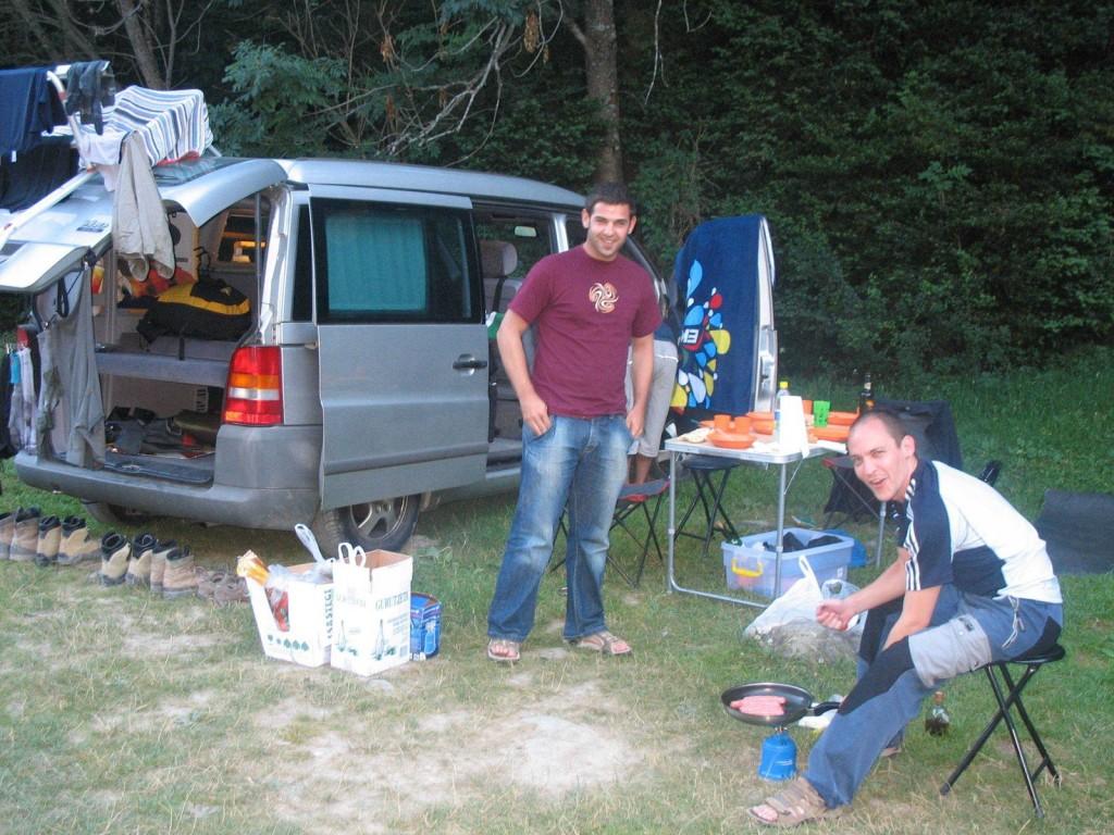Preparando la cena en el área de acampada libre de Pineta.