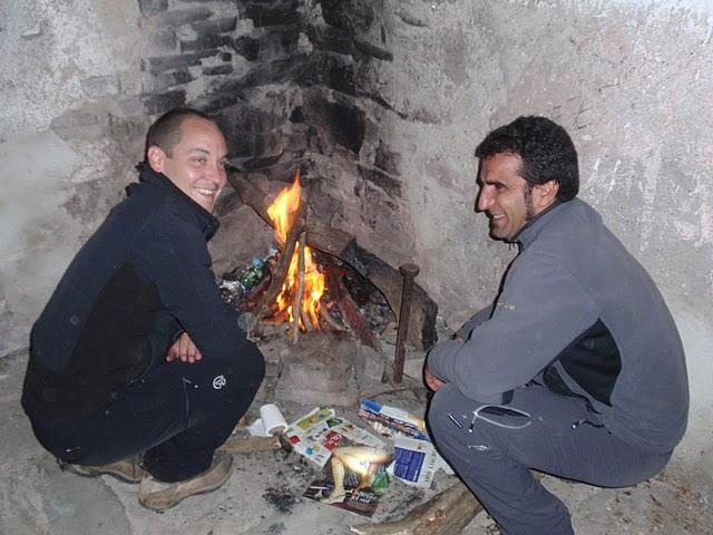 Aquella noche el viento pegaba fuerte y hacía bastante frío. Encendimos la chimenea pero finalmente tuvimos que apagarla. Era preferible pasar un poco de frío que morir asfixiados por el humo.