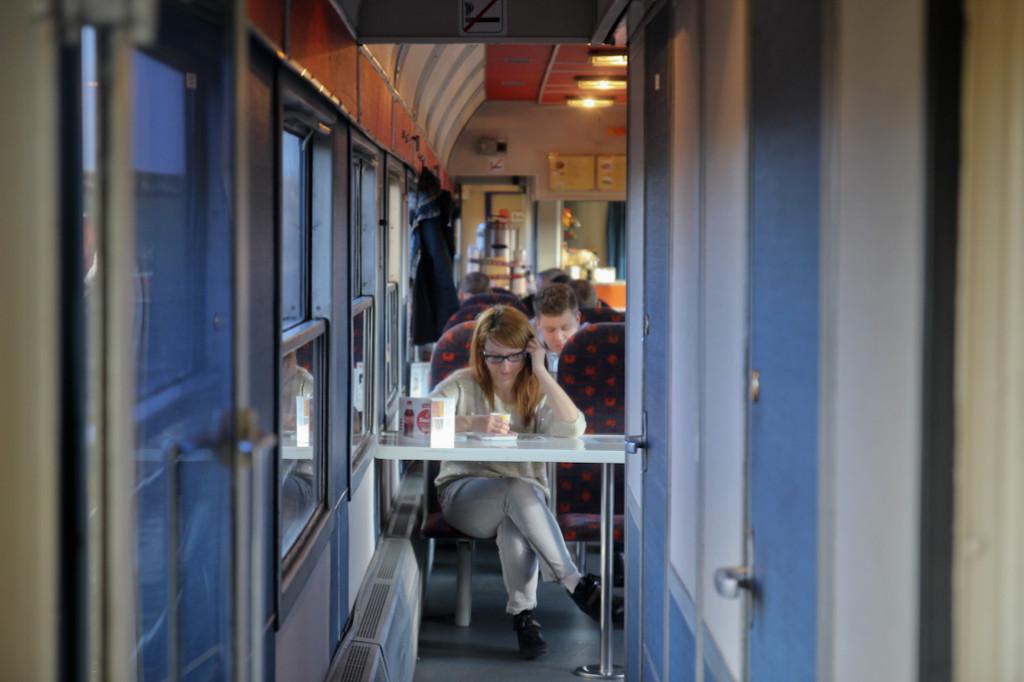 Imagen de la cafetería del tren, al poco de salir de Cracovia.