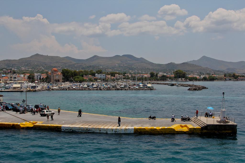 Cruceros y ferrys atracan en el muelle del puerto de Egina. Foto CC-BY-SA Tilemahos Efthimiadis