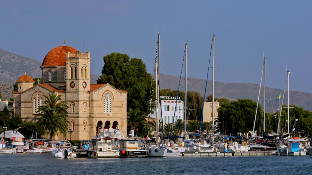 En el puerto, la iglesia de Aghios Nikolaos acoge a los navíos.