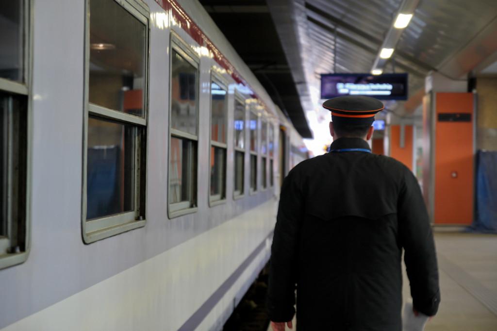 Uno de los trabajadores del tren revisa que todo está en orden antes de partir de Cracovia a Varsovia.