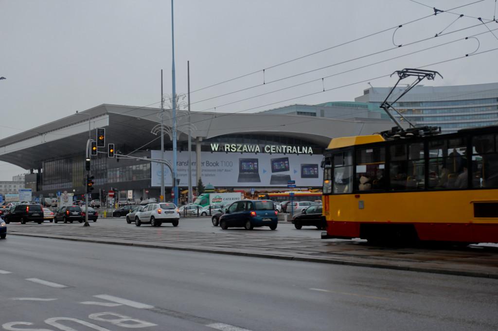 Nos apeamos en la Estación Central de Varsovia, y de ahí fumos caminando hasta el hotel.