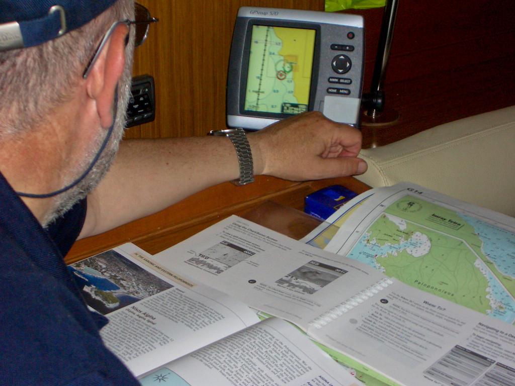 Mi padre, estudiando las cartas náuticas y configurando el GPS.