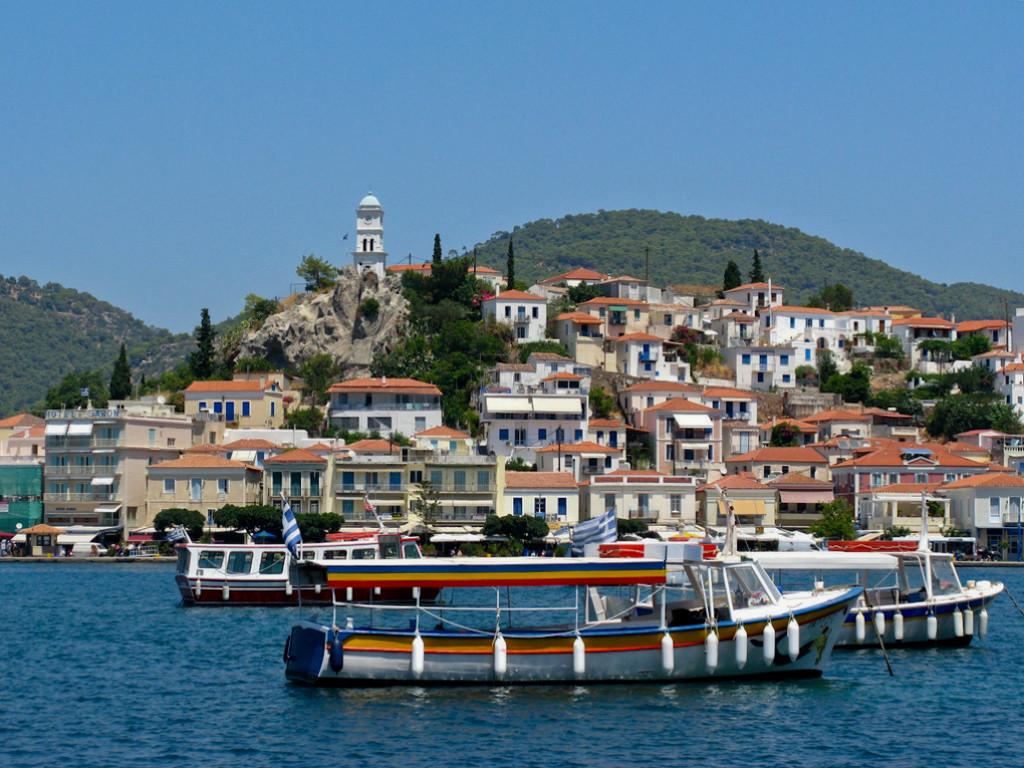 Es una pequeña isla doble de 31 km² y 4.000 habitantes.