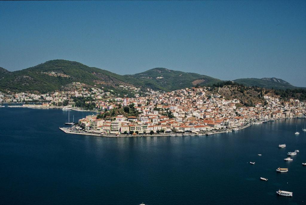 Un canal marítimo de 200 metros separa la isla de Poros del Peloponeso.