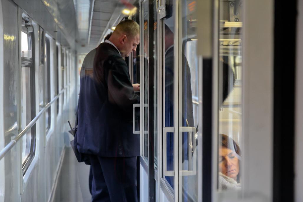 Unos revisores solicitan los billetes de tren a los pasajeros en el tren de Cracovia a Varsovia.