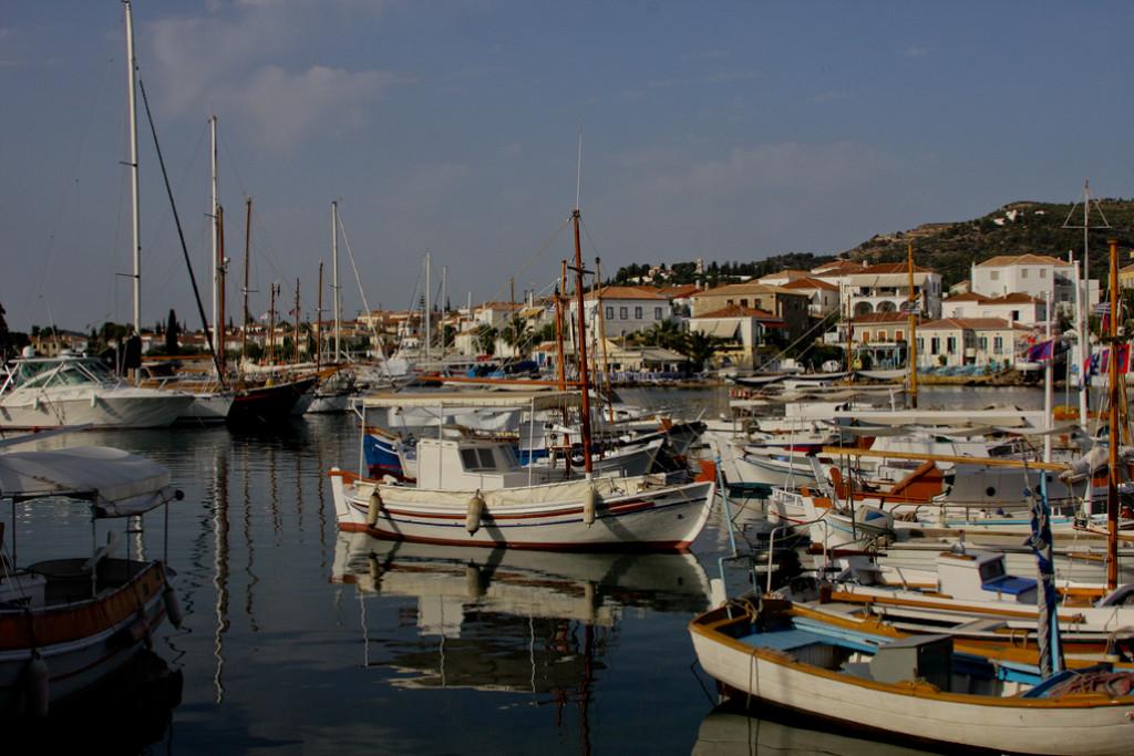A pesar de estar más cerca del Golfo de Argólico, Spetsai se incluye a menudo en el Sarónico.