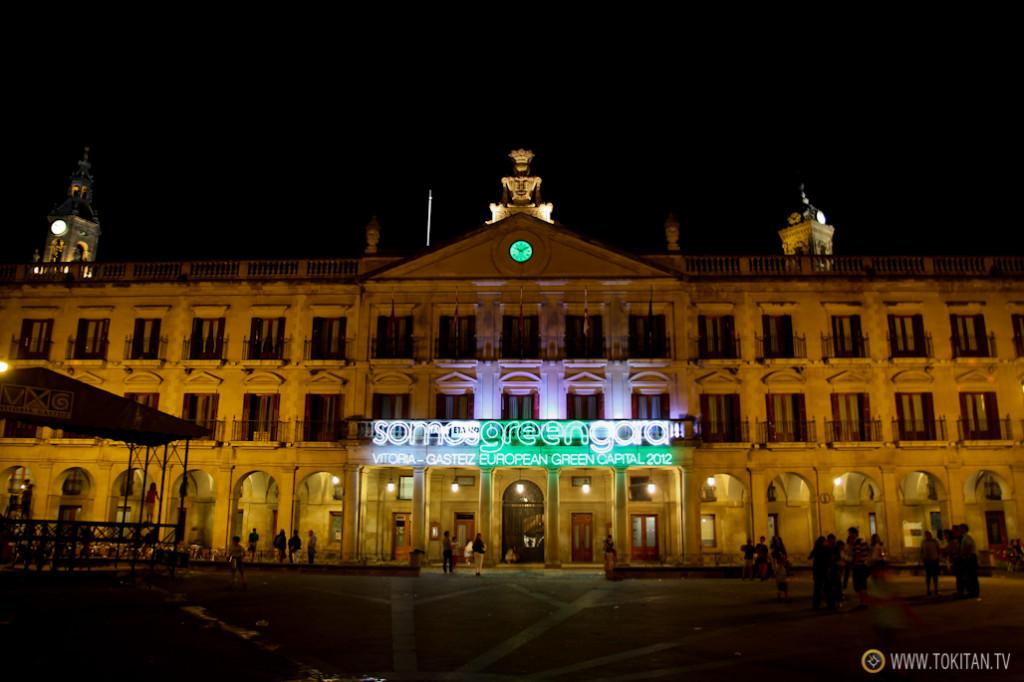 Durante nuestra visita el Ayuntamiento de lucía un cartel luminoso que lo acredita como capital verde europea.