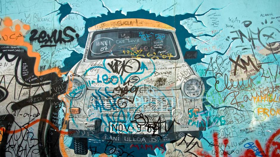 Uno de los murales más conocidos de lo que queda del Muro de Berlín en las East Side Gallery.