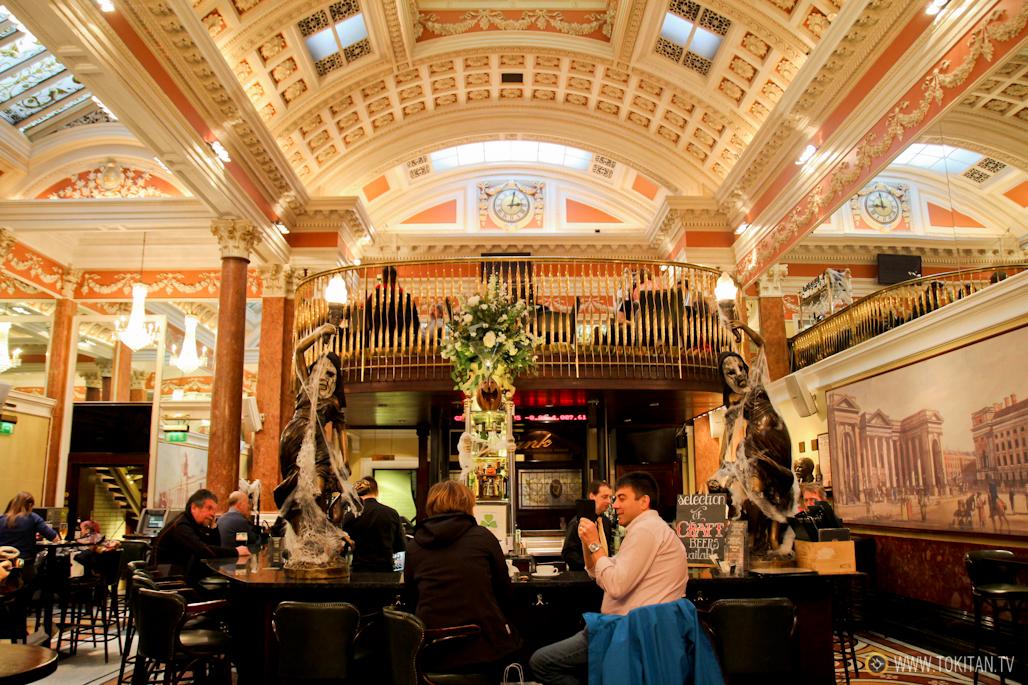 Barra del bar restaurante The Bank, decorado debidamente en vísperas de Halloween.