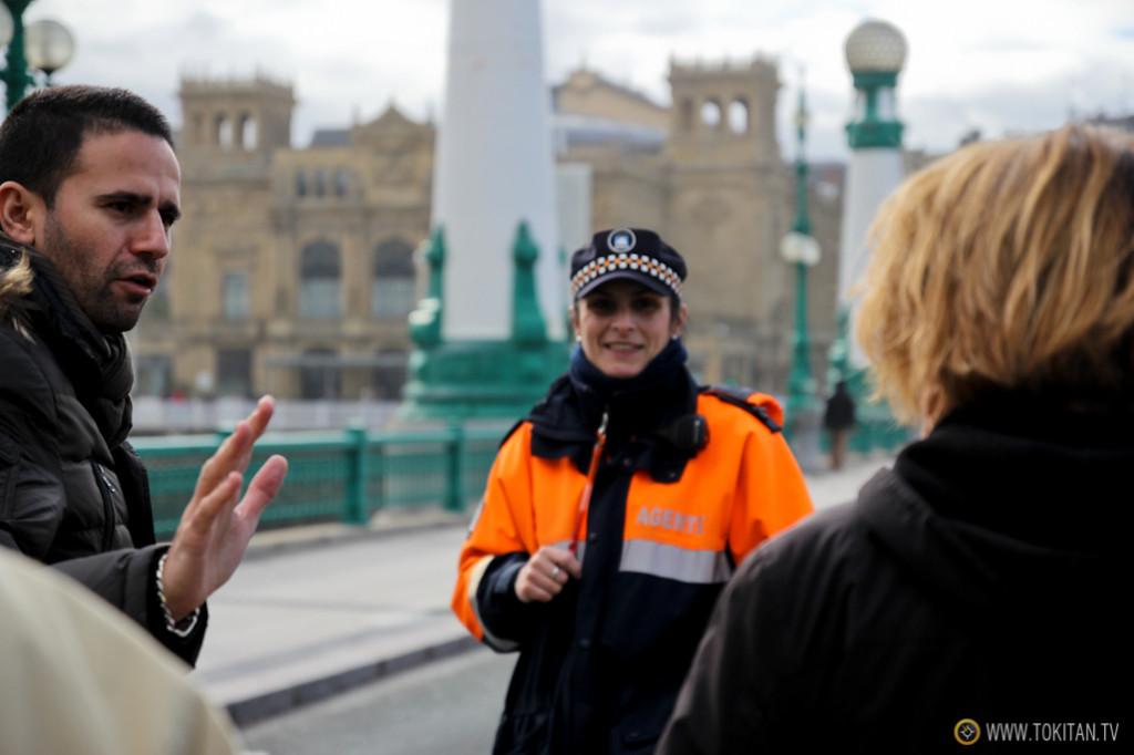 La Policía, los bomberos y los agentes de tráfico han tenido que trabajar a destajo para que la gente no se saltara los precintos.