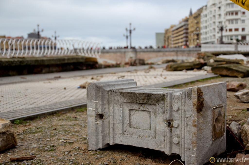 Las olas han arrancado parte del murete del Paseo de Francia y su barandilla.