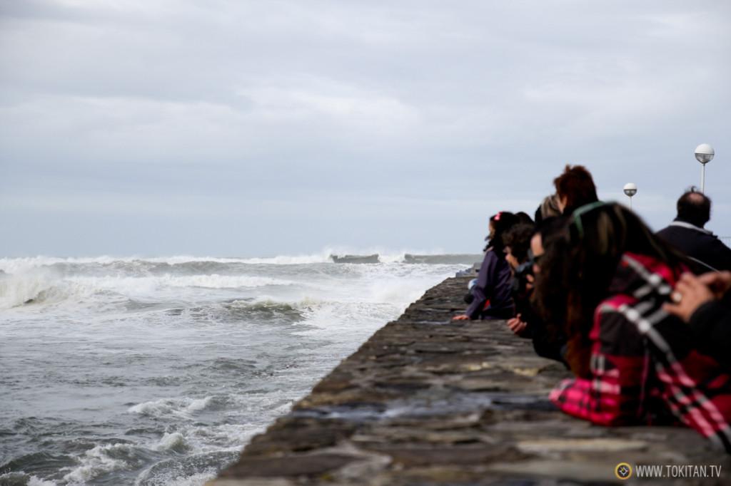 La bajamar se ha llevado las olas lejos de los puentes, y los curiosos han podido acercarse a fotografiarlas.