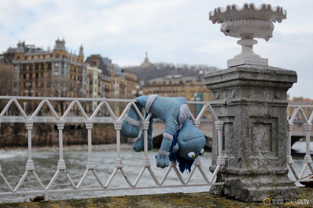 Un muñeco, única víctima del temporal que ha arrasado Donostia causando numerosos destrozos.