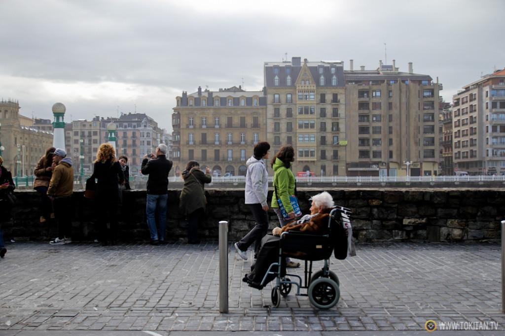 El día ha dejado estampas curiosas como esta, en la que una anciana en silla de ruedas aguarda que sus familiares terminen de hacer fotos.