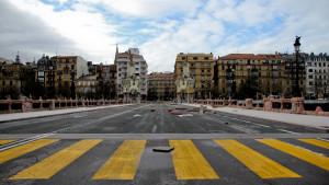 El Puente de María Cristina de Donostia presentaba un aspecto post-apocalíptico esta mañana tras el temporal.