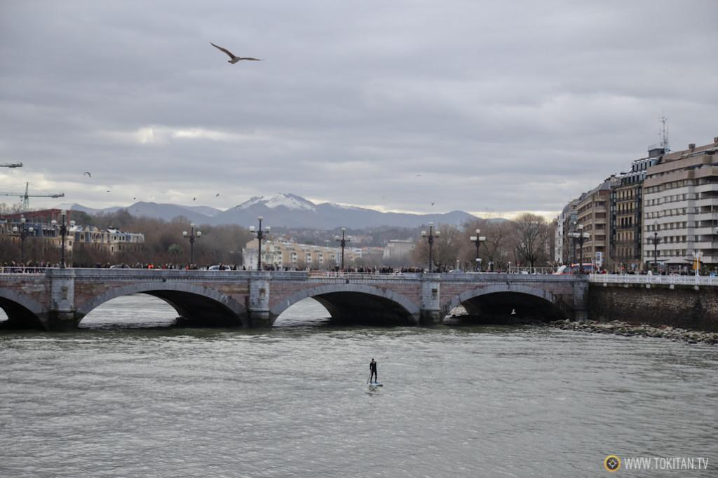 Un valiente se ha animado a practicar Paddle Surf en el río Urumea. Menos mal que lo ha hecho con baja mar.