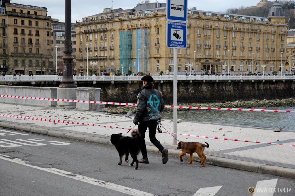 Solo dos de los cinco puentes principales que cruzan el río Urumea permanecían abiertos a mediodía.