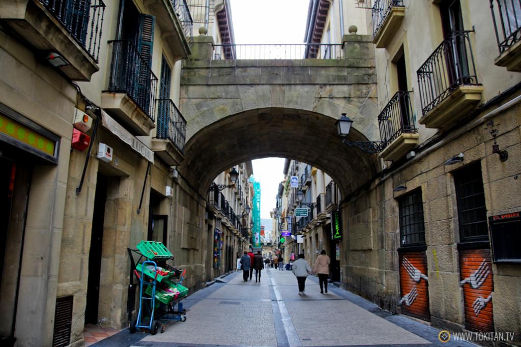 rincones_donostia_puente_calle_campanario_parte_vieja_abajo_calle_puerto_sansebastian_turismo