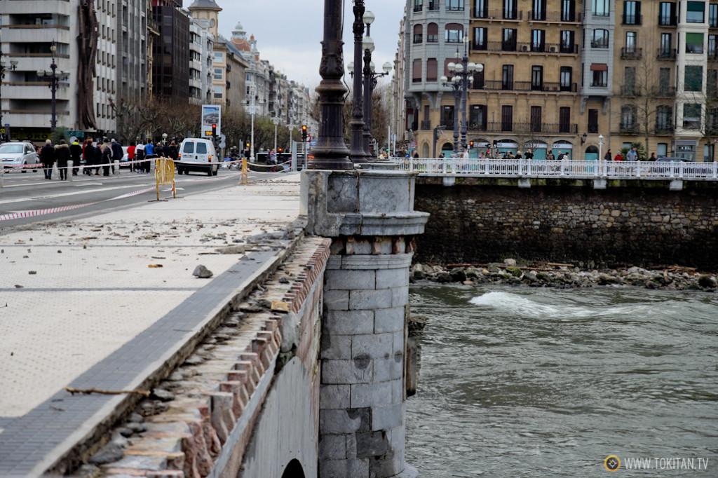 El Puente de Santa Catalina no ha aguantado las embestidas de las olas y ha perdido parte de su murete.