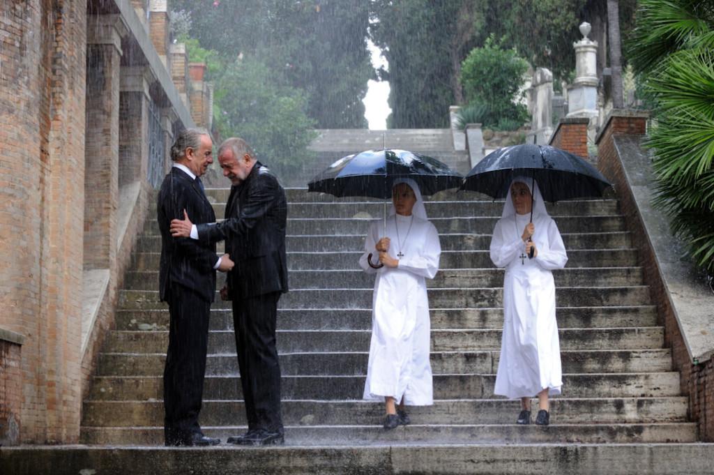 Fotograma de la película la Grande Belleza, de Paolo Sorrentino, en la que dos monjas observan a los familiares de un recién fallecido.