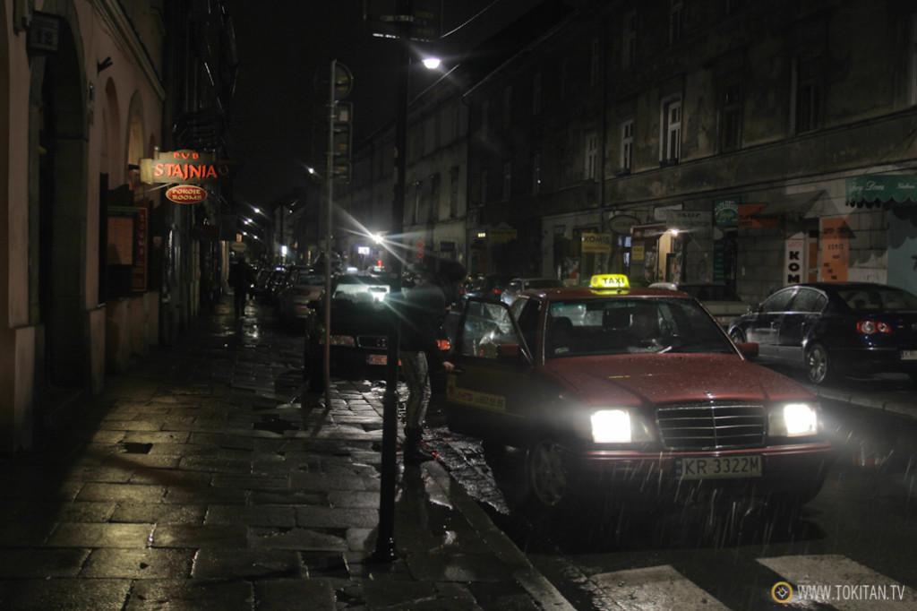 Ambiente nocturno en las calles del antiguo barrio judío de Kazimierz.