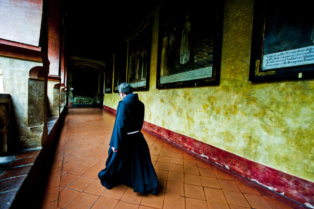 Un fraile pasea por los pasillos del monasterio de Nuestra Señora de Guadalupe. Foto cortesía de Miguel Angel Muñoz Romero | Como en casa en cualquier lugar