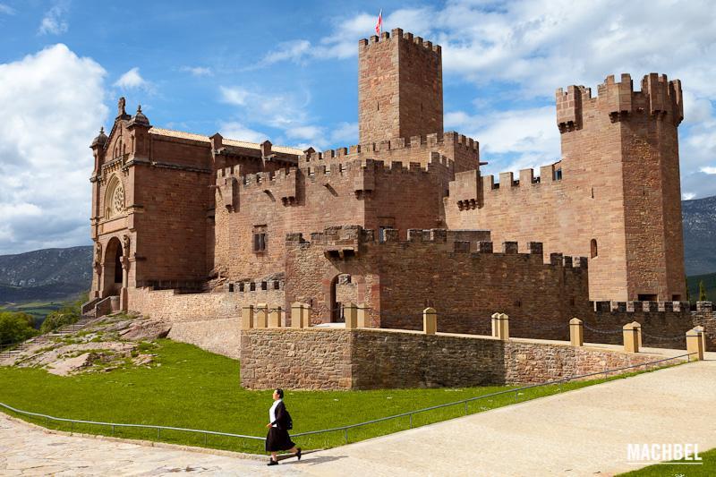 Una monha se aleja del Castillo de Javier, en Navarra. Foto cortesía de Victor Gómez | Machbel