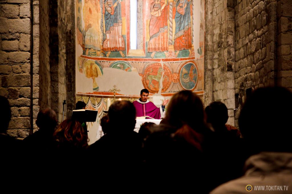 Un cura oficiando misa en la iglesia románica de Taüll, en pleno Pirineo de Lleida.