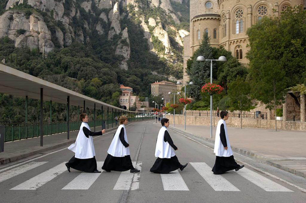 Un grupo de Monaguillos cruza un paso de cebra en Montserrat. Foto cortesía de Rafa Perez | Kamaleon Travel