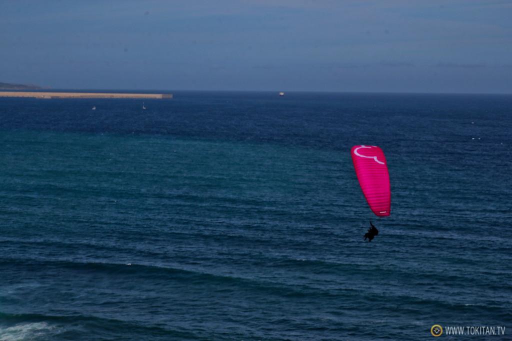Parapente sobre el mar