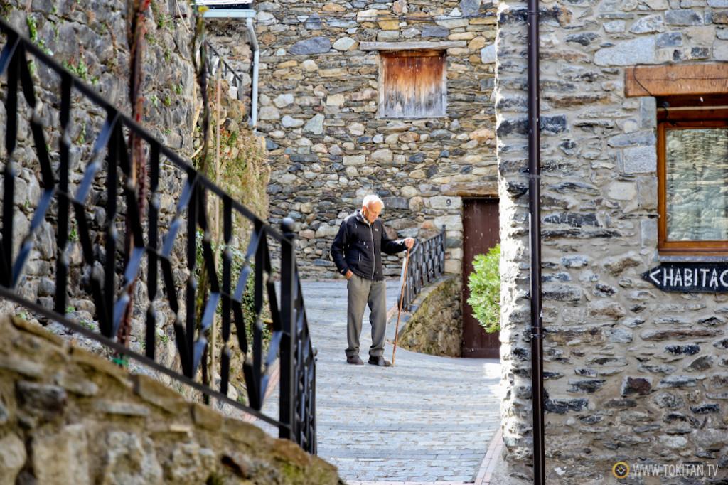 Un vecino camina por las callejuelas del casco de la localidad de Boí.