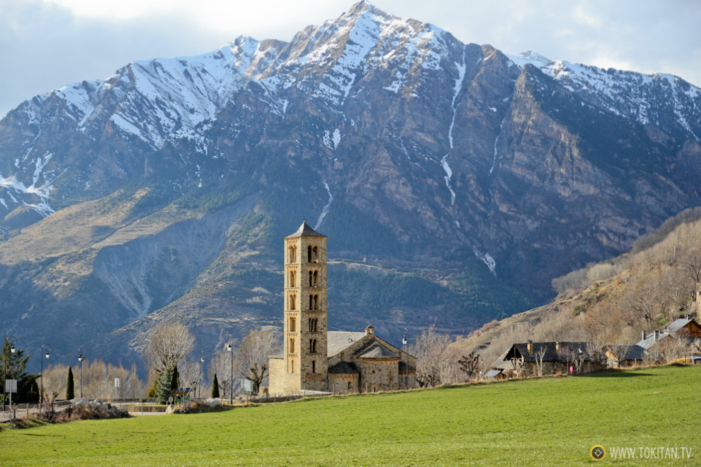 Majestuosa vista de la Iglesia de San Clemente de Taüll, con el pico de l'Aüt de fondo (2.532 metros).