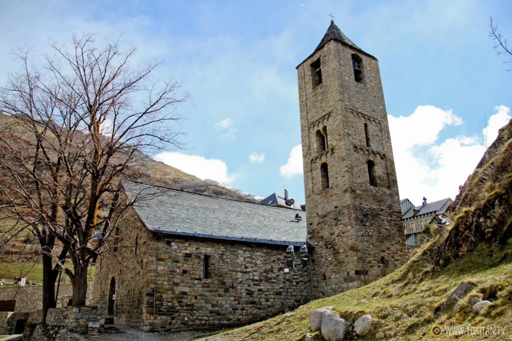 La iglesia de San Juan de Boí, cerca de la que se contratan los taxis que van a Aigüestortes.