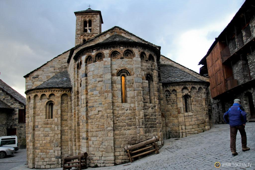 la iglesia de Santa María de Taüll está ubicada en el casco urbano de la localidad.