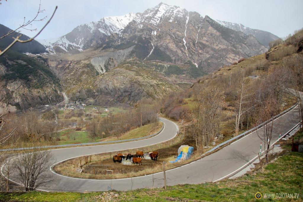 Las rutas senderistas del románico discurren en ocasiones al lado de la carretera.