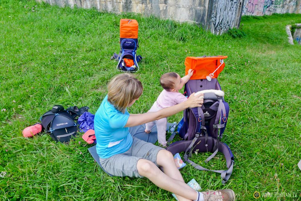 viajar_con_niños_mochila_portabebes_parque_lau_haizeta_txoritokieta_amatxo