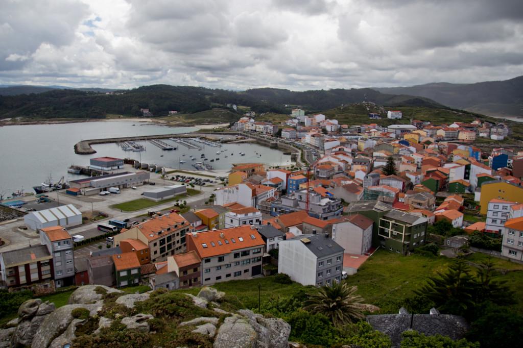 Vista de Muxía y de su puerto deportivo desde lo alto del Monte do Corpiño.