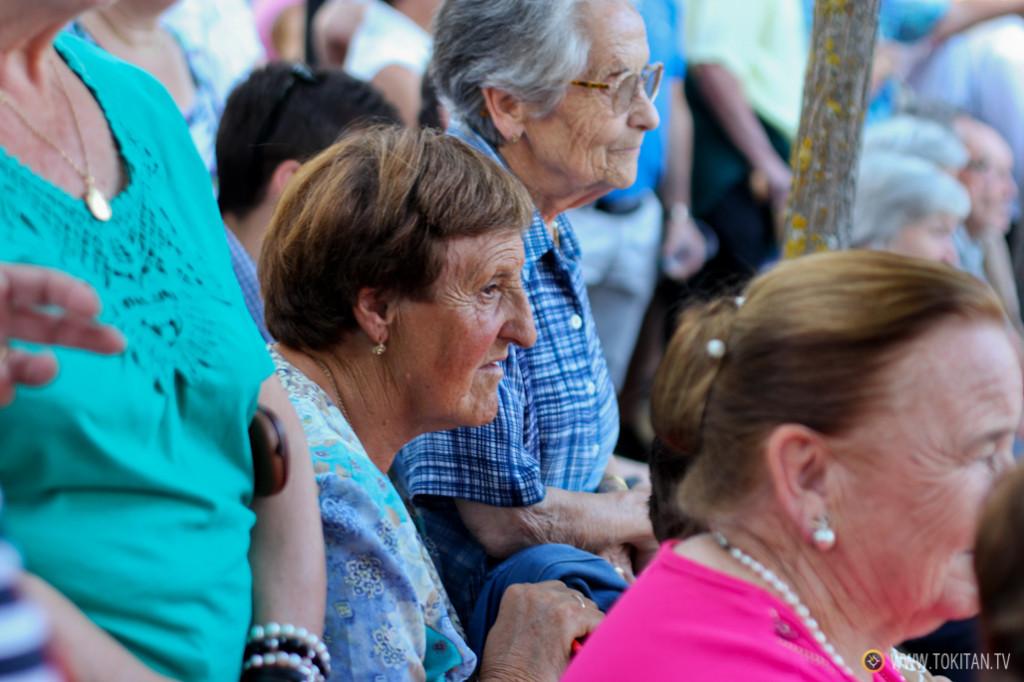 La abuela María observa con aetnción las danzas, en las fiestas de la Virgen y San Roque.