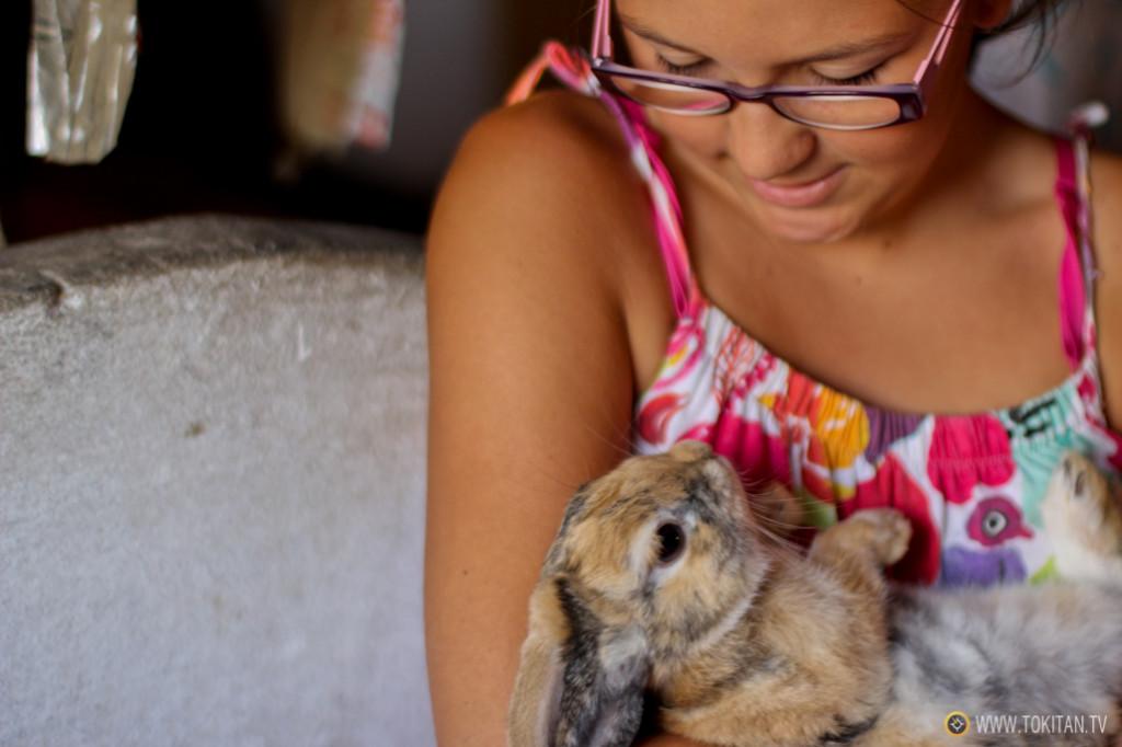 Bea, mi primita, y su conejo Tambor, en el establo de María.