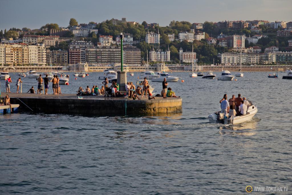 Una embarcación de recreo se dispone a salir a la bahía por la bocana del puerto.