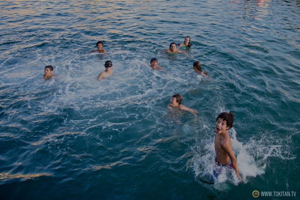 """Los niños disfrutan del agua, del buen tiempo, de las mareas vivas y del juego de """"la monedita""""."""